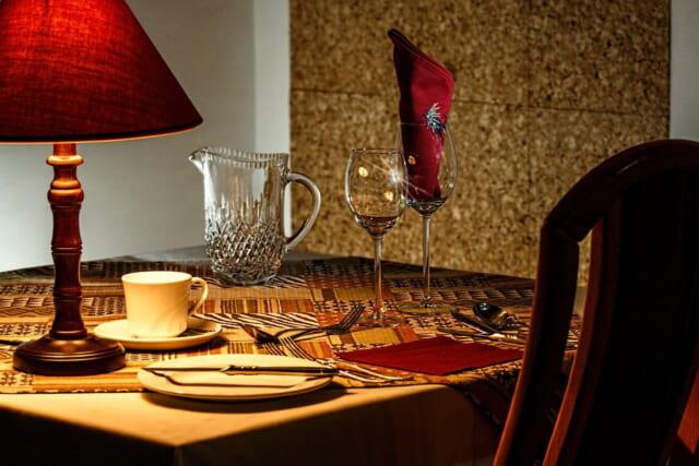 落ち着いた大人のバレンタインディナーが楽しめそうなテーブルセット