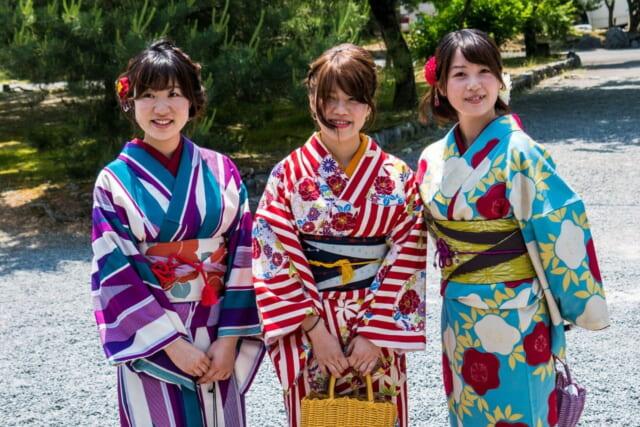 カラフルな着物をかわいらしく着こなす和服女子三人組
