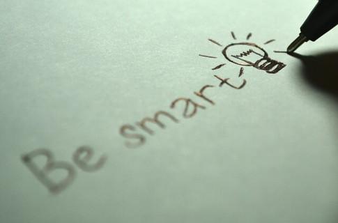 白い紙にスマートでいることを目標に書き込むボールペン