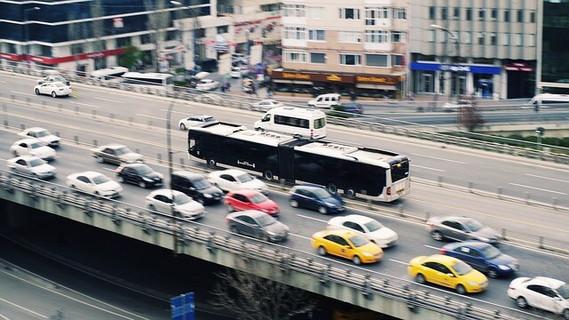 渋滞した道路の中で目立つ赤い自動車
