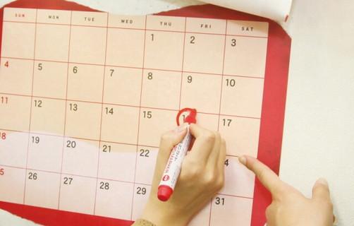 この日までに痩せる!とカレンダーに赤い丸をつける女性の手