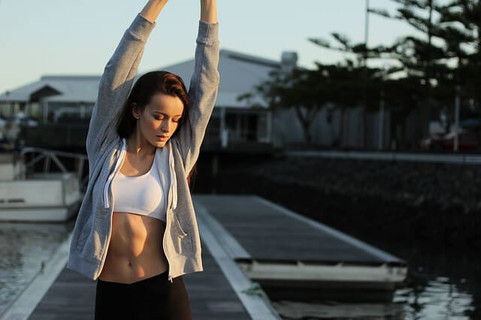 朝運動をするのを習慣にしている体が引き締まった女性
