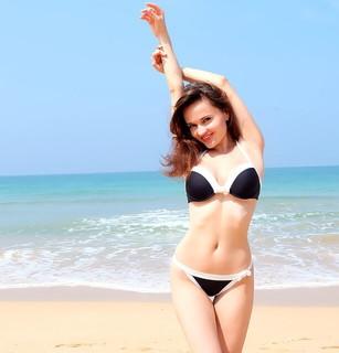 ダイエットを成功させて水着を着こなし海でポーズを決めるキレイになった自分