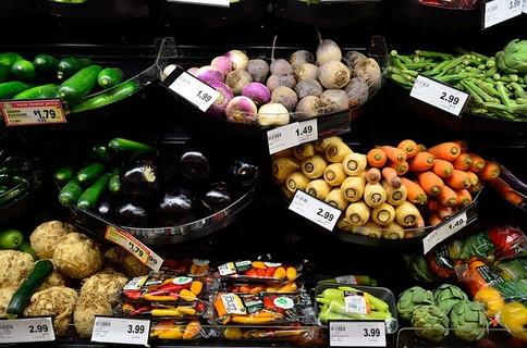 スーパーに並んだカラフルで美味しそうな野菜たち