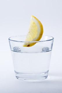 グラスにレモンを入れたからだに良いレモン水