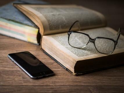 メガネとモノ忘れをした時にすぐ調べものができる辞書と携帯電話
