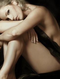 誘うような目つきでこちらを見る裸の女性