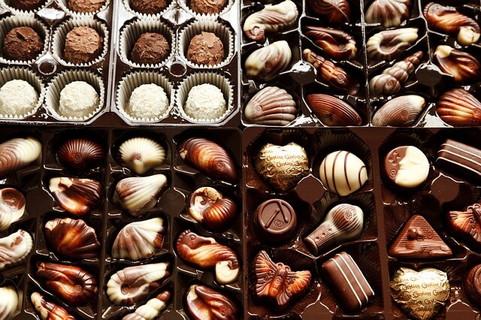 箱にぎっしり詰め込まれた美味しそうなチョコレート