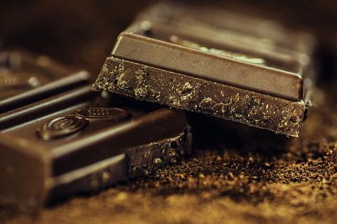 カカオの味をしっかり感じられそうな濃い色のダークチョコレート