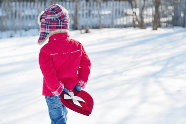 本命のバレンタインチョコを背中に隠し持ちながら歩く女の子