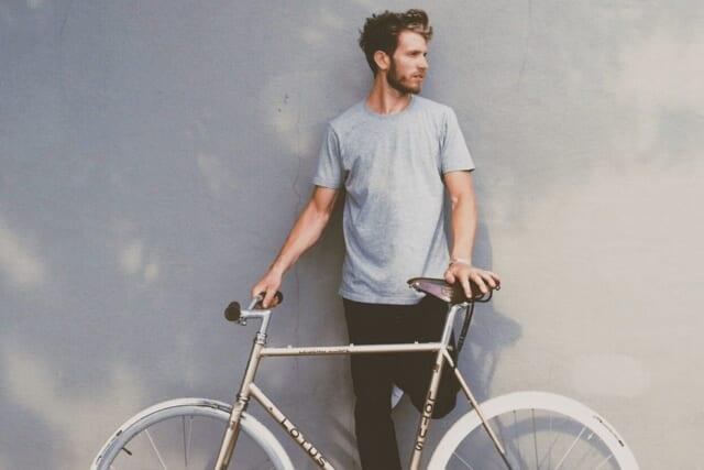 Tシャツにデニムというラフな格好にも関わらず爽やかさが溢れる男性