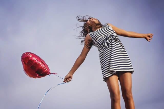 告白をされて嬉しそうにに空を見上げる女の子