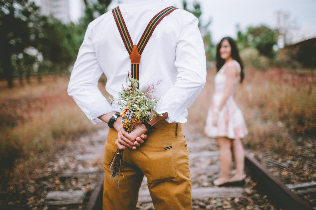 花束を持ち本気の告白に臨もうとする男性