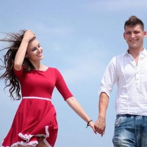 笑顔で幸せそうに手を繋いで歩く健康的なカップル