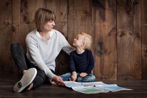 小さな男の子に優しく笑顔で接する女性