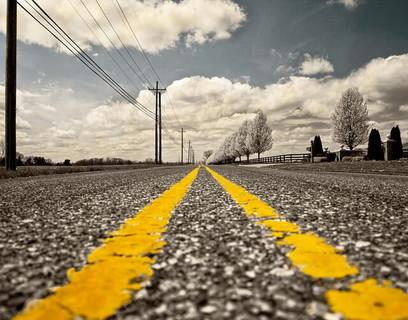 進むべき道がハッキリと分かる真っ直ぐに伸びた道路