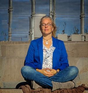 毎朝の瞑想を日課にしている朝日を浴びながら気持ち良さそうに瞑想をする女性