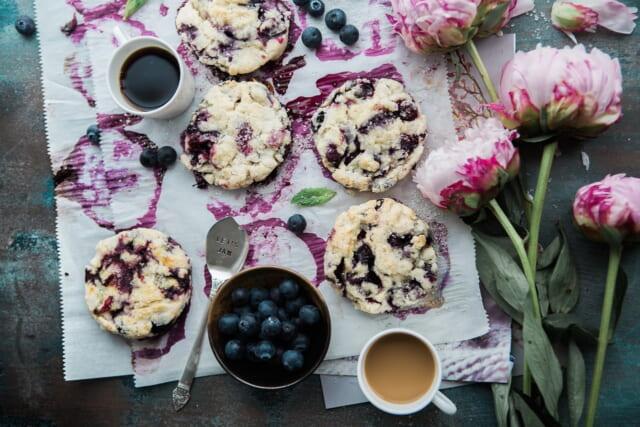 ブルーベリーの色がきれいな焼きたての美味しそうなクッキー