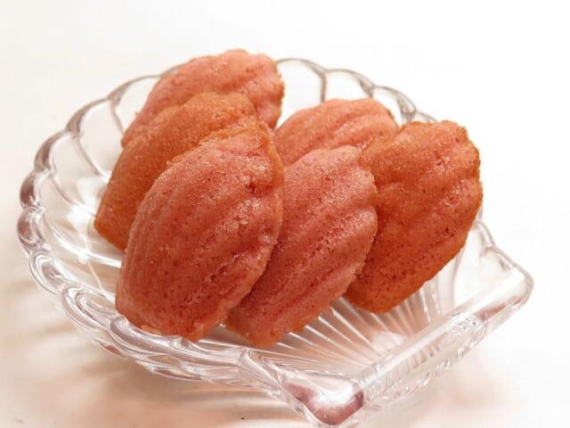 ホワイトデーのお返しに喜ばれそうな貝型の可愛いピンク色のマドレーヌ