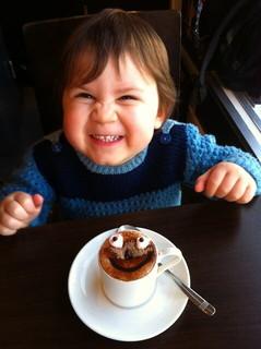 ホットチョコレートを前に満面の笑顔を見せる甘い物大好きな男の子