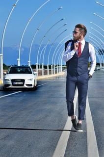 スーツを完璧に着こなして道を歩くでできる男風のハンサムな男性
