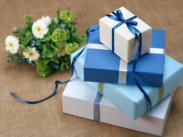 青い包装紙で包まれ積み重なったホワイトデーに贈るプレゼントたち