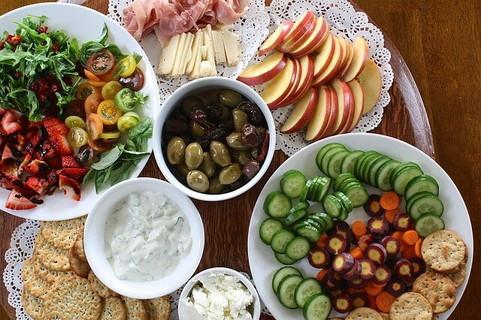 野菜やくだもの、乳製品などさまざまな食材がバランス良く並んだ食卓