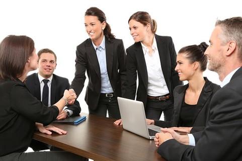 笑顔で握手を交わす初対面のビジネスウーマンたち