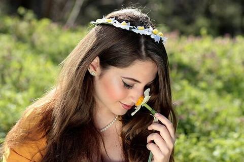 野の花の香りをじっくりと味わう女性