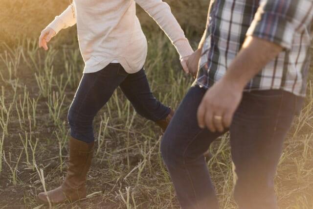 動きやすい服装でお花見を楽しむアクティブなカップル