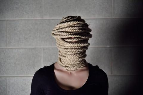 顔が分からないように頭をロープでぐるぐる巻きにされた女性