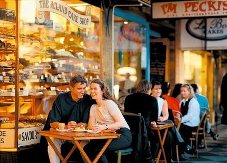 カフェのテラス席で楽しそうに会話をする大人のデートを楽しむカップル