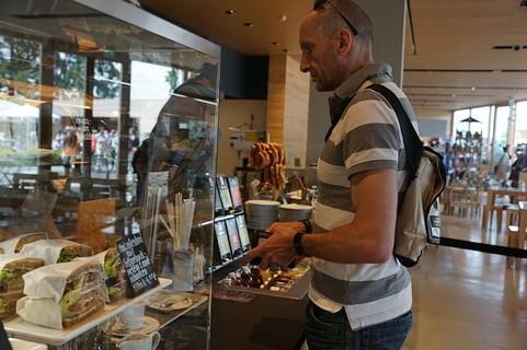 女性が席を外している間にカフェの支払いを済ませるスマートな男性