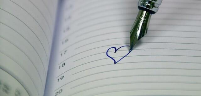 手帳に書き込まれたデートの予定を示すハートマーク