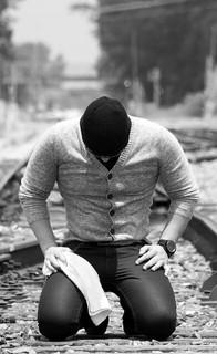 初デートに失敗し絶望のあまり線路に座り込む男性