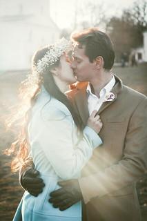 春の柔らかい光が差し込む中でキスをかわす新しい恋愛をスタートさせた2人