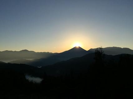 富士山の頂上に太陽が昇る見ると願い事が叶うといわれているダイヤモンド富士