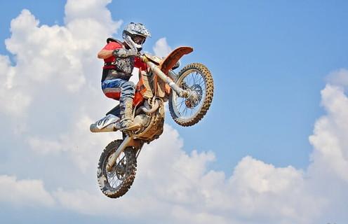 青空の中バイクでジャンプする刺激的な体験をする男性