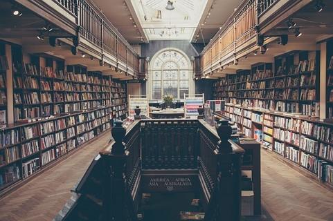 大きな空間の中にありとあらゆる知識が詰まっている図書館