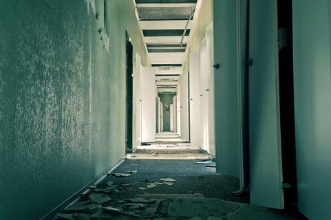 過去に通り過ぎた選択肢のようにたくさんのドアが並ぶ長い廊下