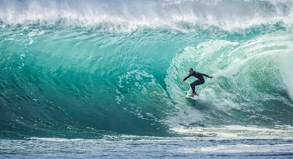 誰もがひるんでしまいそうなほど大きな波に挑戦するサーファー