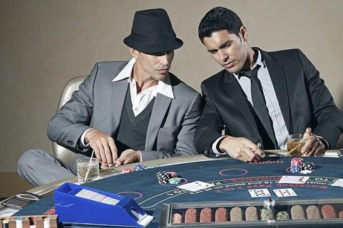 ギャンブルに夢中になってどんどんお金をつぎ込む男性