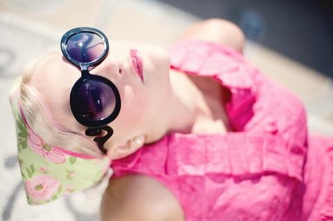 サングラスをかけ空を見上げながら気になる人との幸せな未来を想像する女性