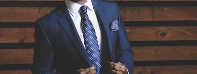 綺麗にメンテナンスされたスーツを格好良く着こなす男性