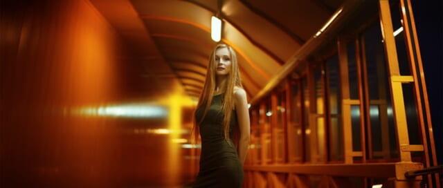 景色の中に溶け込む美しいたたずまいの女性