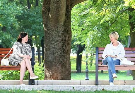 離れたベンチに座りジッとお互いの目を見つめ合う女性