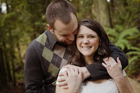 笑顔で抱きしめ合う幸せそうなカップル