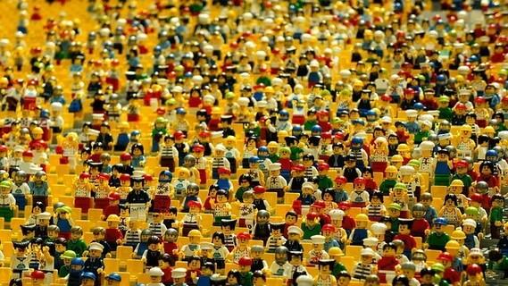 ものすごい数のさまざまな仕事、さまざまな服装をしているレゴブロックの人形たち