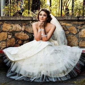 ウェディングドレスを着てベンチに座り、もしも結婚したら…と妄想する女性