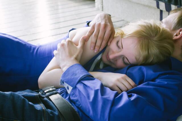 寝転がりながら恋人に思う存分甘える20代女子